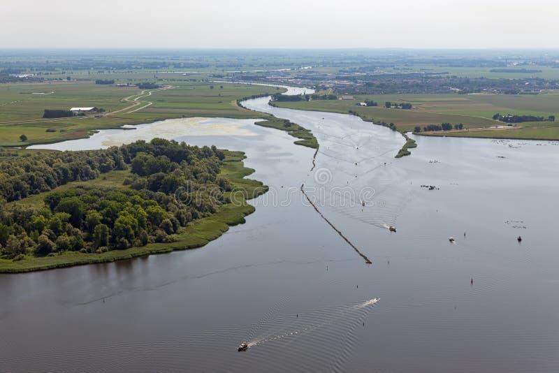Vogelperspektivemündung von niederländischem Fluss Vecht mit Segelschiffen stockbild