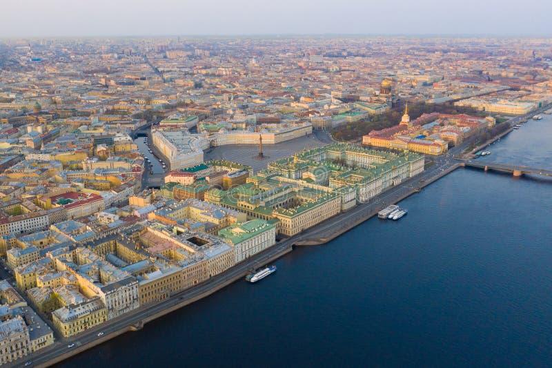 Vogelperspektivestadtbild des Stadtzentrums, Palastquadrat, Zustands-Einsiedlereimuseum (Winter-Palast), Neva-Fluss St- Petersbur lizenzfreie stockfotografie