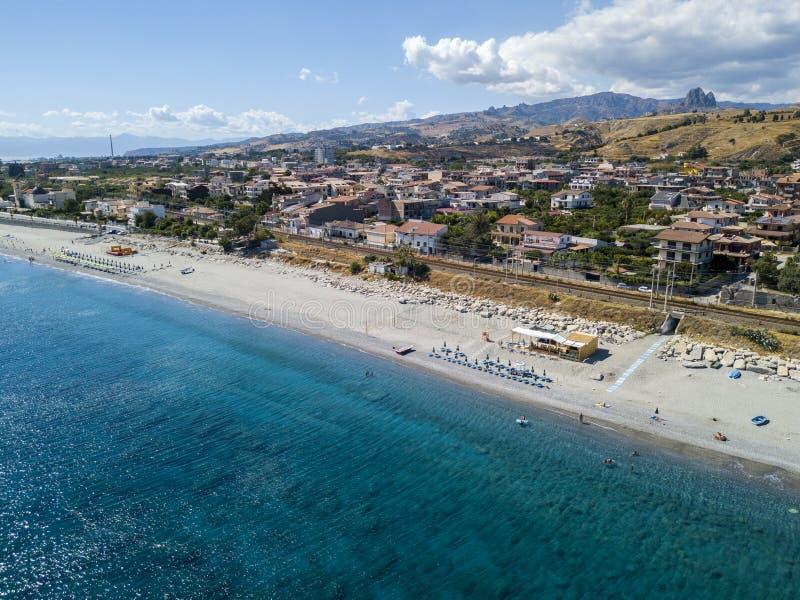 Vogelperspektivestrand und Meer von †‹â€ ‹Melito-Di Porto-Salve, Kalabrien Italien lizenzfreie stockfotos