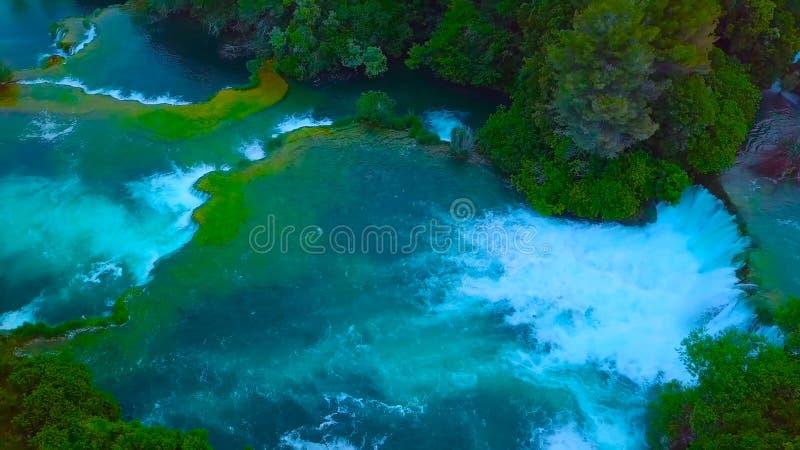 Vogelschau von Kroatien, Europa; Letztes Sonnenlicht leuchtet dem reinen Wasserwasserfall auf Nationalpark Plitvice Bunter Fr?hli lizenzfreie stockbilder
