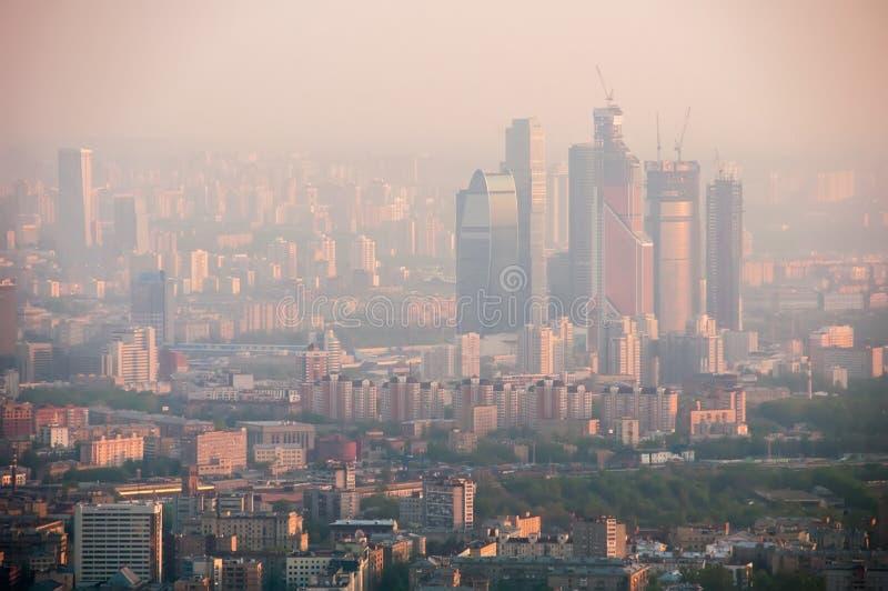 Vogelschau von Moskau an der Dämmerung stockfotografie