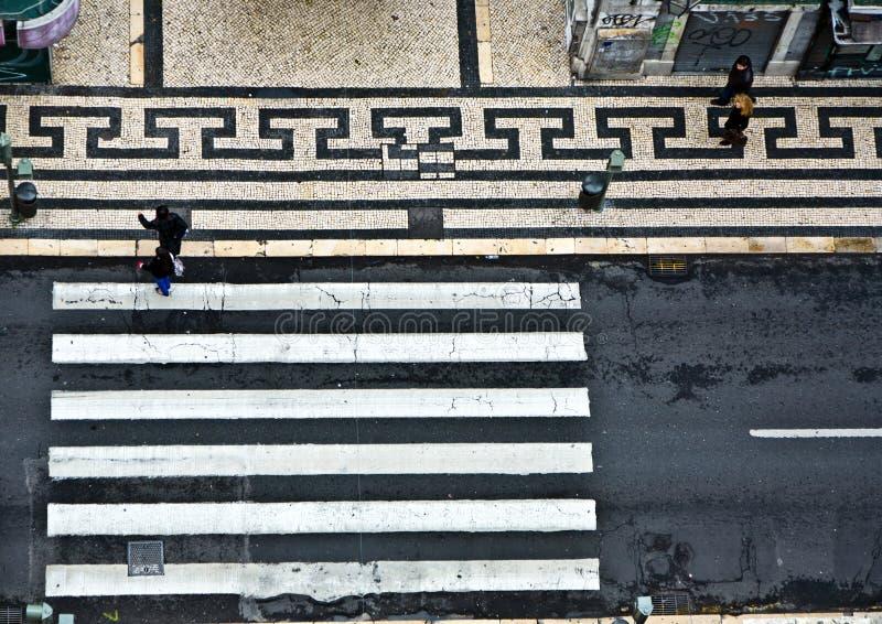 Vogelsmening aan een zebrapad in het oude deel van Lissabon, Portugal stock foto's