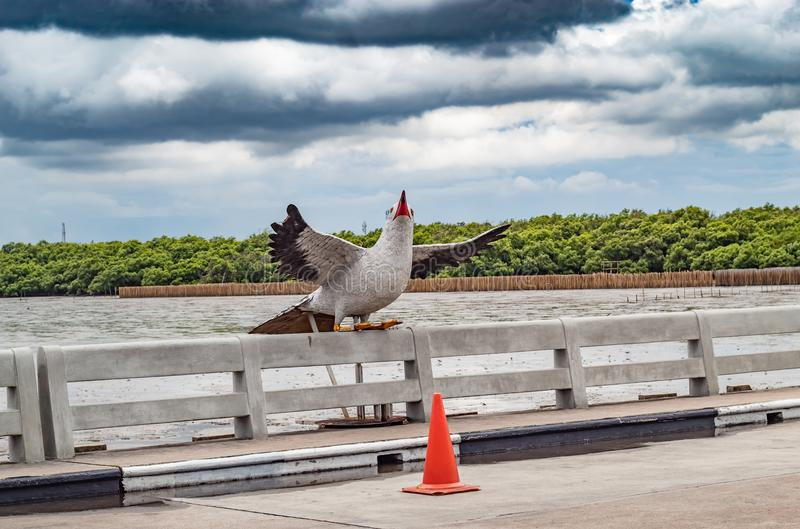 Vogelstandbeeld bij Klap Poo, Samut Prakan, die populaire touris is royalty-vrije stock foto's