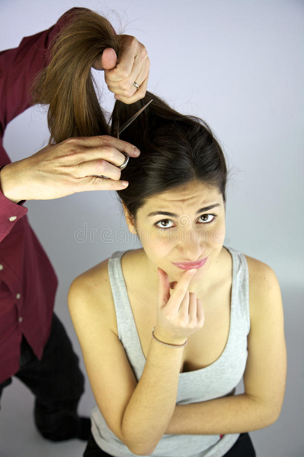 Voglio tagliare i miei capelli lunghi? fotografie stock libere da diritti