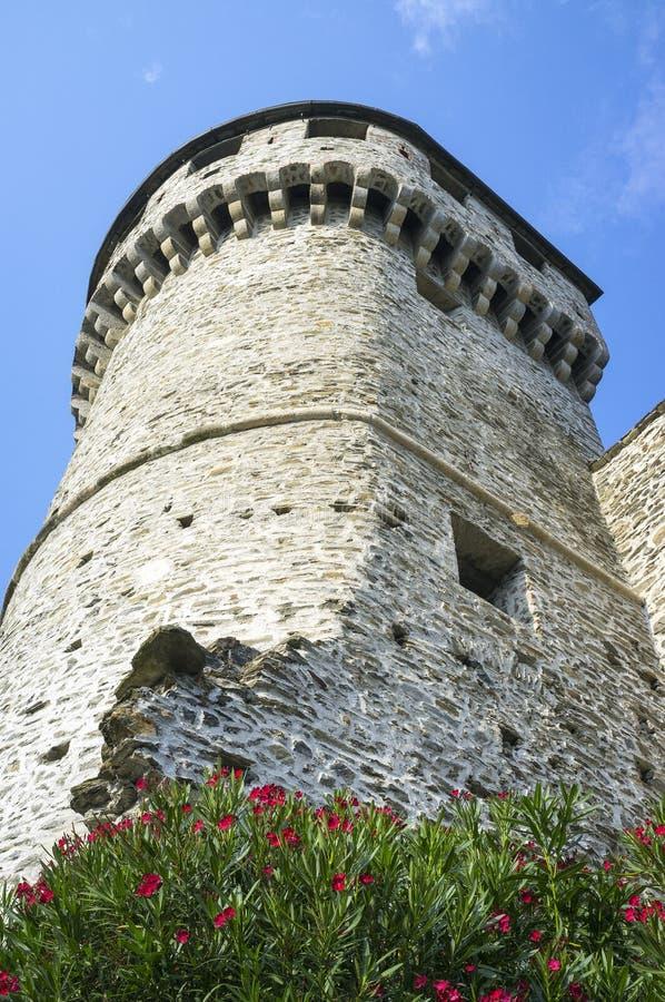 Vogogna (Ossola-Vallei, Piemonte): de Visconti-kasteeltoren Het beeld van de kleur stock fotografie