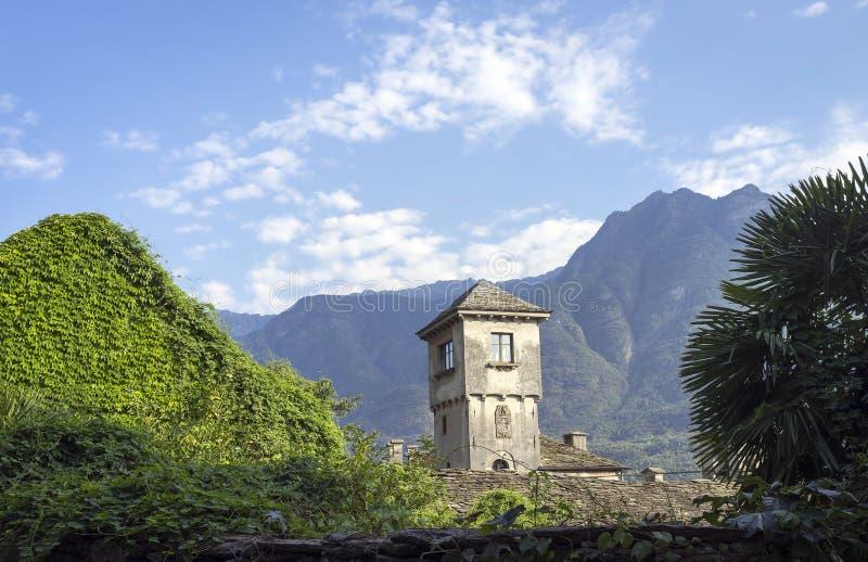 Vogogna (valle de Ossola, Piamonte): la torre del castillo de Visconti Imagen del color fotografía de archivo
