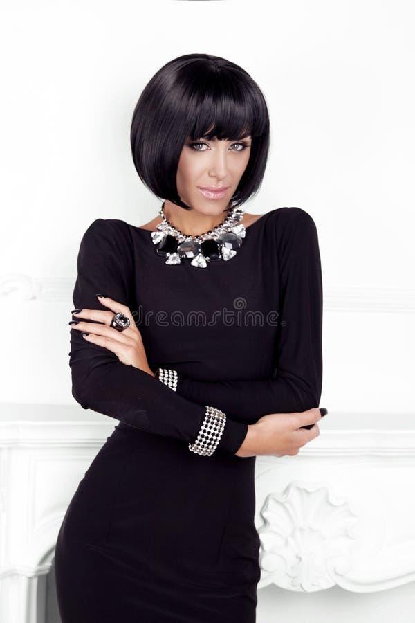 Vogue-Art. Mode-Schönheits-Frau im sexy schwarzen Kleid.  stockbild
