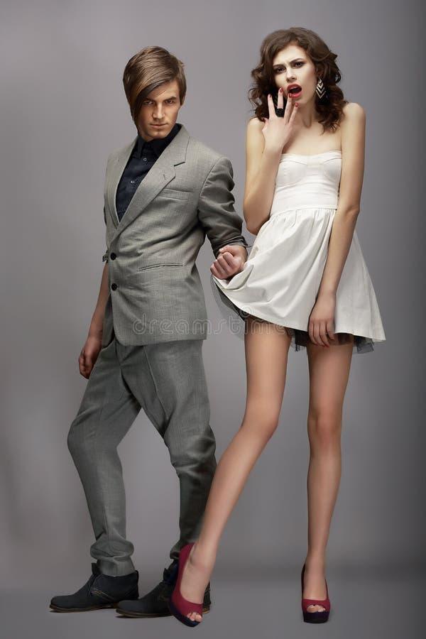 vogue Coppie alla moda che posano nello studio immagine stock