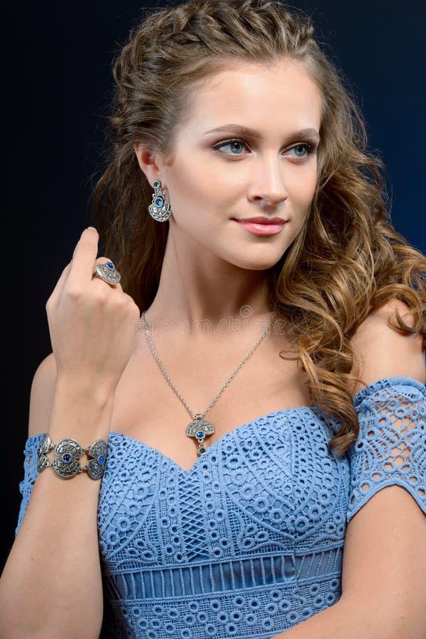 Vogue för högt mode för kvinna för flicka för skönhet för modell för högt mode stil po royaltyfria bilder