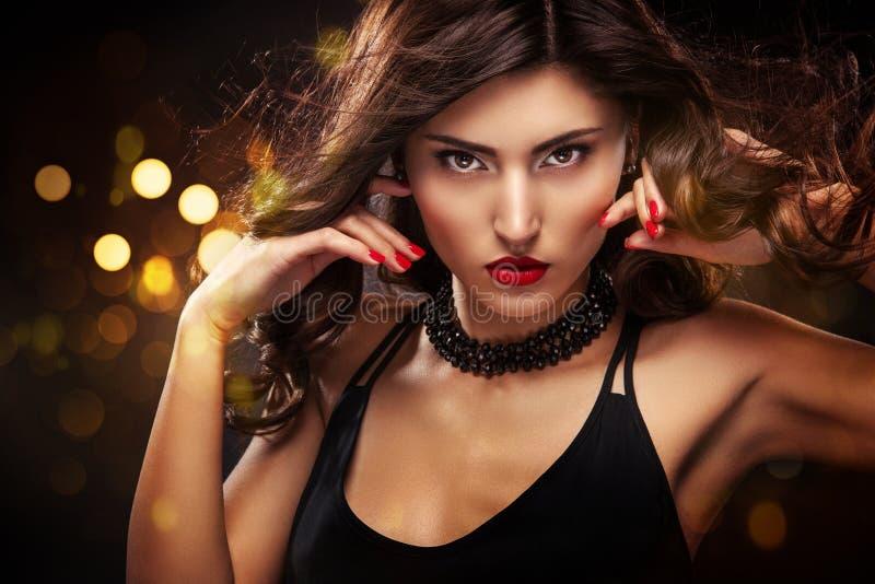 Vogue-het portret van het stijlclose-up van mooie vrouw Lang krullend donkerbruin haar op zwarte achtergrond met lichten St Valen royalty-vrije stock afbeeldingen