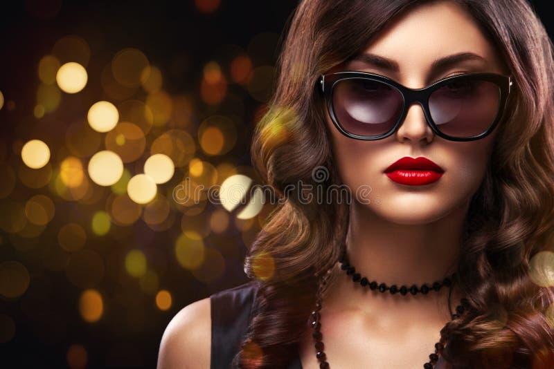 Vogue-het portret van het stijlclose-up van mooie vrouw Lang krullend donkerbruin haar op zwarte achtergrond met lichten St Valen royalty-vrije stock foto
