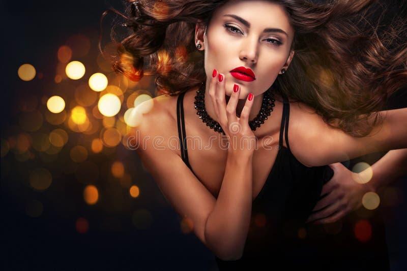 Vogue-het portret van het stijlclose-up van mooie vrouw Lang krullend donkerbruin haar op zwarte achtergrond met lichten St Valen royalty-vrije stock afbeelding