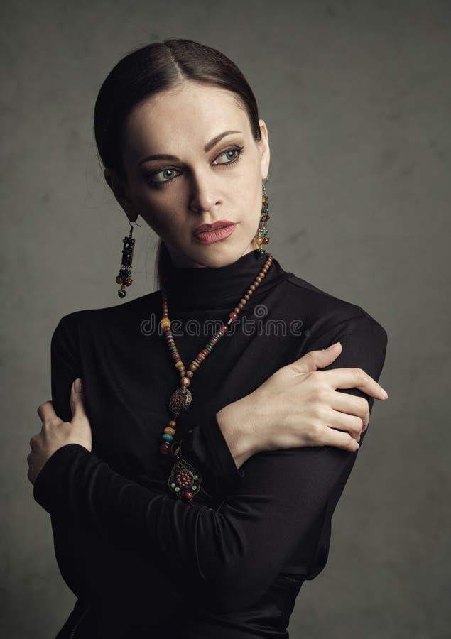 Vogue kobieta jest ubranym biżuterię obraz royalty free