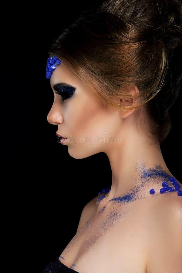 Vogue. Konstnärlig profil av den unga kvinnan med moderiktig glamorös makeup arkivfoton
