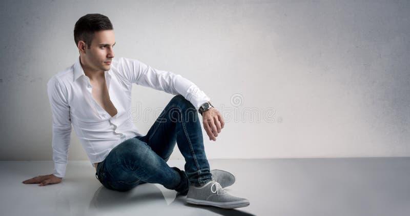 Vogue stil av den unga mannen arkivfoto