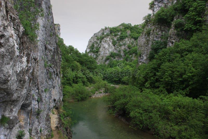 Voidomatis-Fluss von der Brücke von Kokkoros oder von Noutsos, Ioannina, Epirus, Griechenland lizenzfreie stockbilder