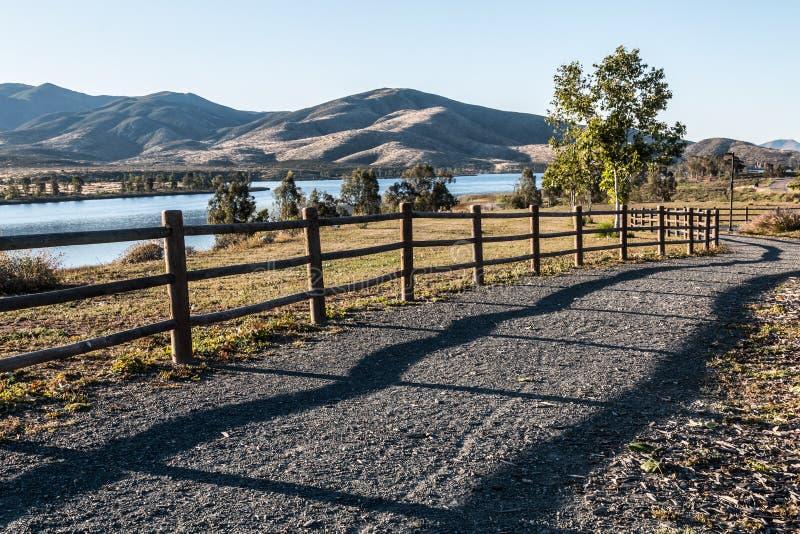 Voie, arbres, lac et montagne à Chula Vista photographie stock
