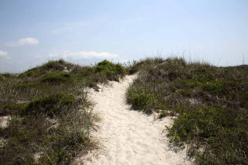 Voie au-dessus des dunes de sable avec un ciel bleu photo libre de droits