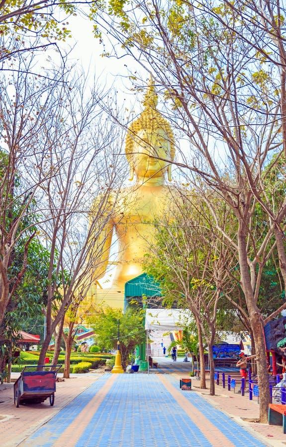 Voie colorée sous des arbres en Wat Muang avec le grand stasue de Budha photos libres de droits