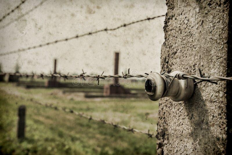 Voie de base et chemin de fer ? Nazi Concentration Camp d'Auschwitz Birkenau Effet avec le fond grunge, fausse vieille photo image stock