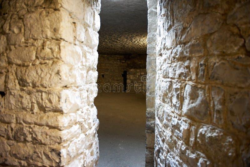 Voie de canalisation entre les salles dans un château photographie stock libre de droits