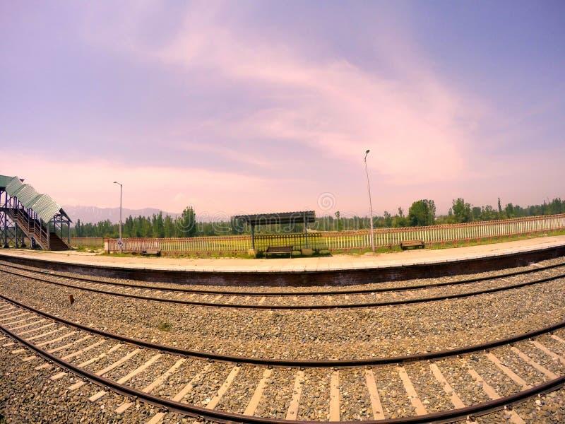Download Voie De Chemin De Fer Dans La Belle Station De Colline Photo stock - Image du plateforme, côte: 56483540