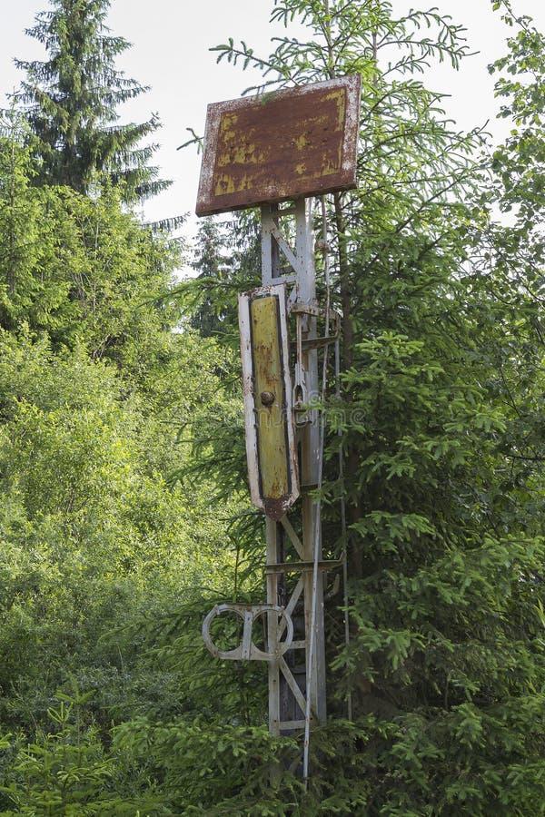 Voie de chemin de fer abandonnée par signe de train photographie stock libre de droits