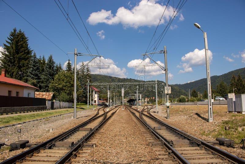Voie de chemin de fer dans un paysage de montagne photos stock
