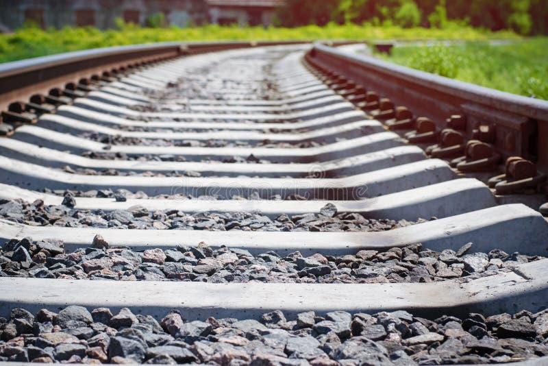voie de chemin de fer entrant dans la distance photo libre de droits