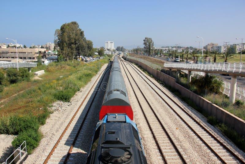 Voie de chemin de fer - route avec le guide de voie ferroviaire photographie stock