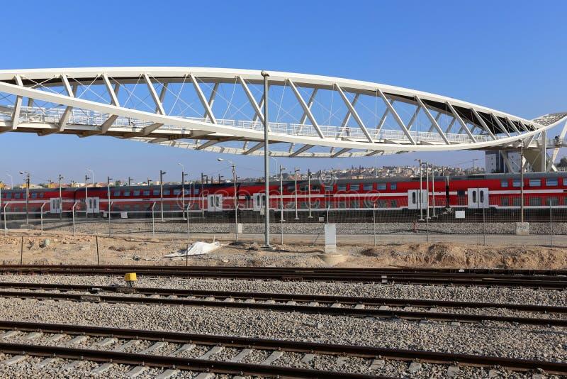 Voie de chemin de fer - route avec le guide de voie ferroviaire photographie stock libre de droits