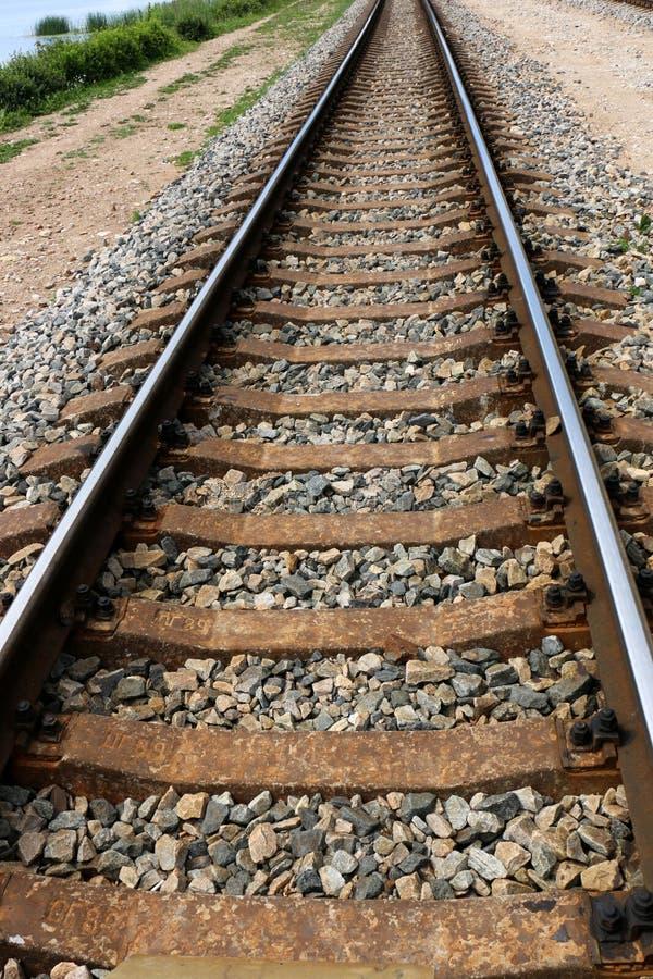 Voie de chemin de fer - route avec le guide de voie ferroviaire image stock