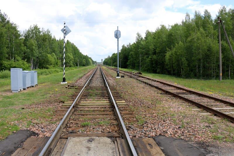 Voie de chemin de fer - route avec le guide de voie ferroviaire photos libres de droits
