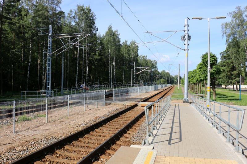 Voie de chemin de fer - route avec le guide de voie ferroviaire image libre de droits