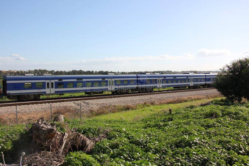 Voie de chemin de fer - route avec le guide de voie ferroviaire photos stock