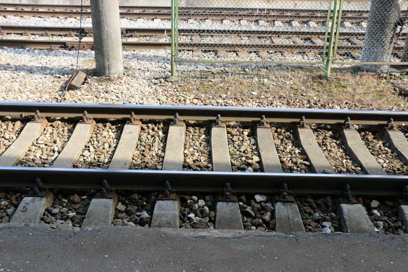 Voie de chemin de fer - route avec le guide de voie ferroviaire photo libre de droits