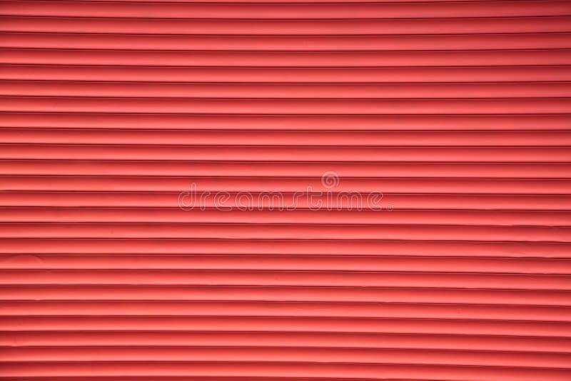 Voie de garage de fond rouge d'auvents en métal d'abat-jour photographie stock