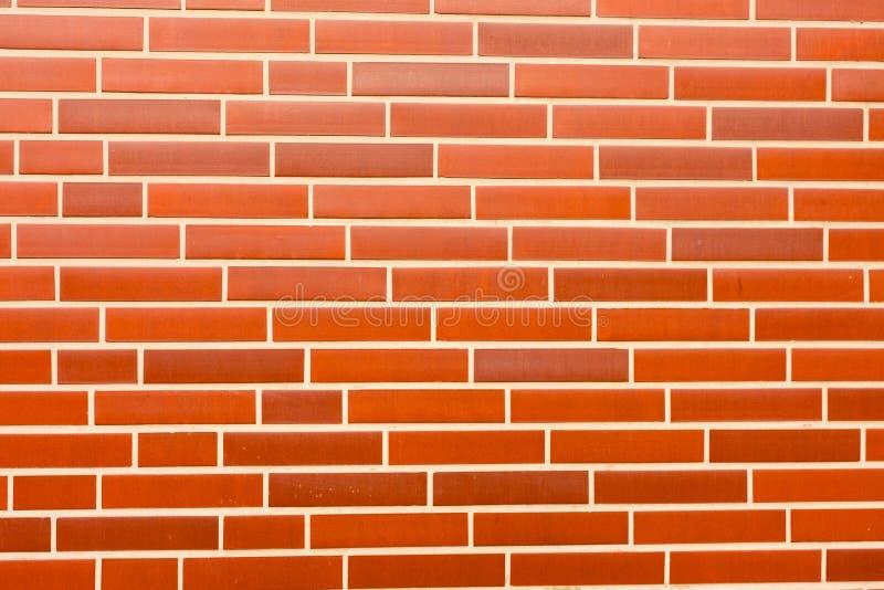Voie de garage rouge fausse de mur de briques photos stock