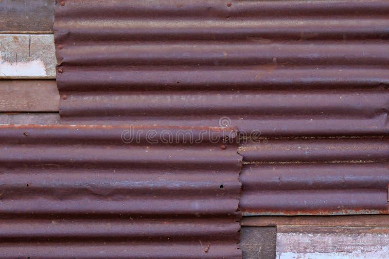 Voie de garage rouillée en métal de fer ondulé de zinc pour le fond de vintage texturisé photos stock