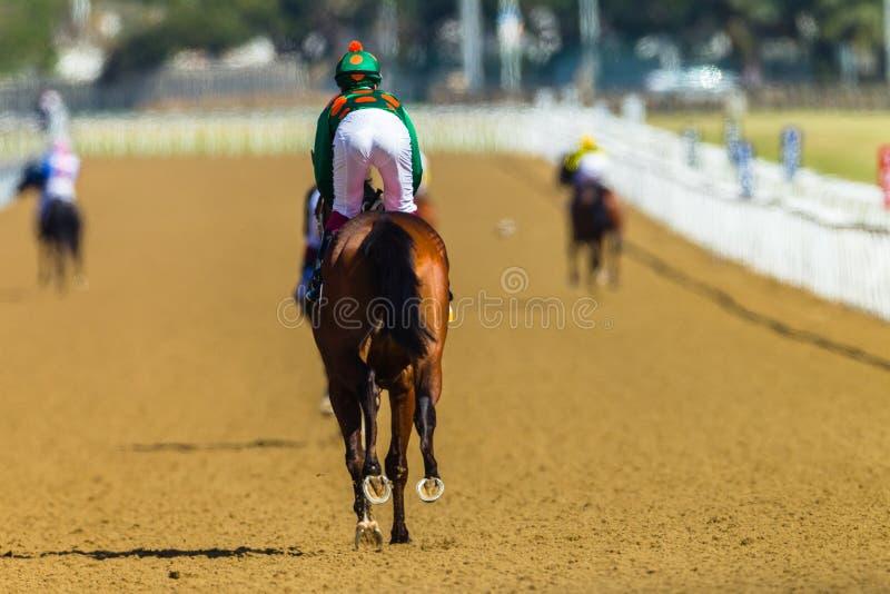 Voie de jockeys de chevaux de course image stock