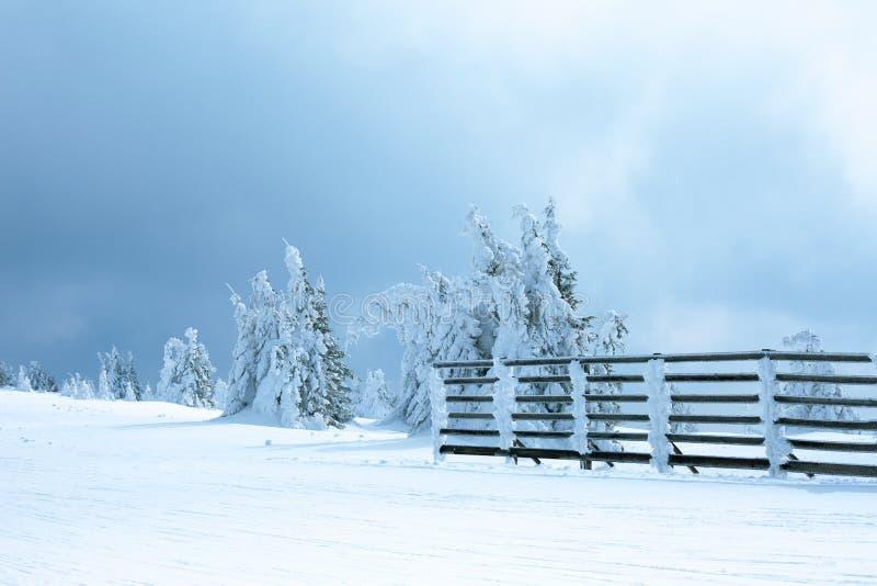 Voie de Milou avec la barrière en bois image libre de droits