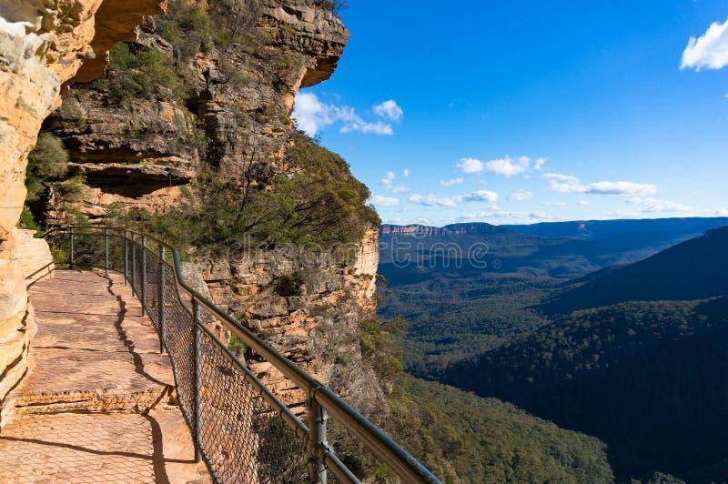 Voie de montagne au-dessus du bord de falaise photo libre de droits