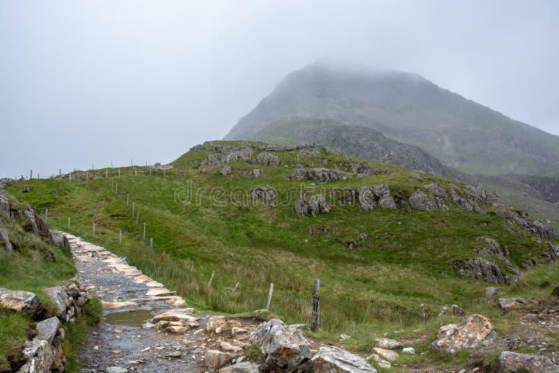Voie de PYG augmentant l'itinéraire jusqu'au sommet brumeux de montagne de Snowdon - 1 photo libre de droits