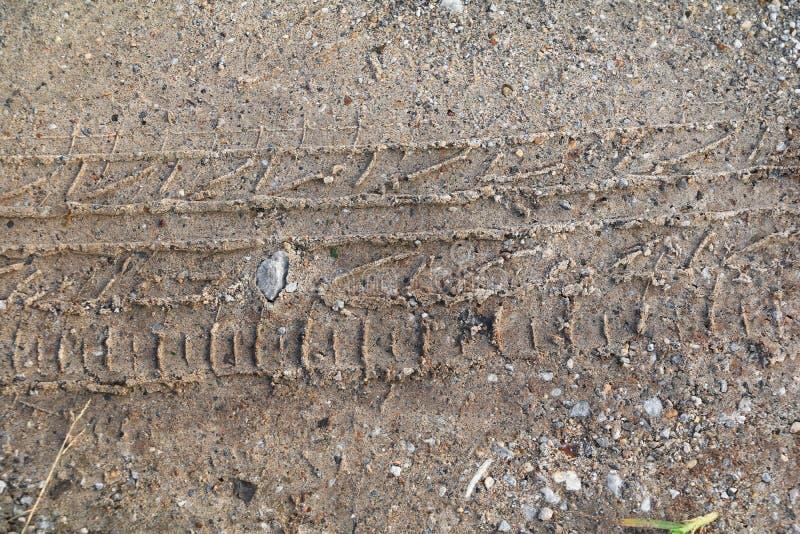 Voie de roue dans la texture de sable images libres de droits