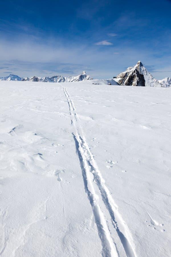 Voie de ski sur la neige fraîche Fond de sport d'hiver avec le célèbre photo libre de droits