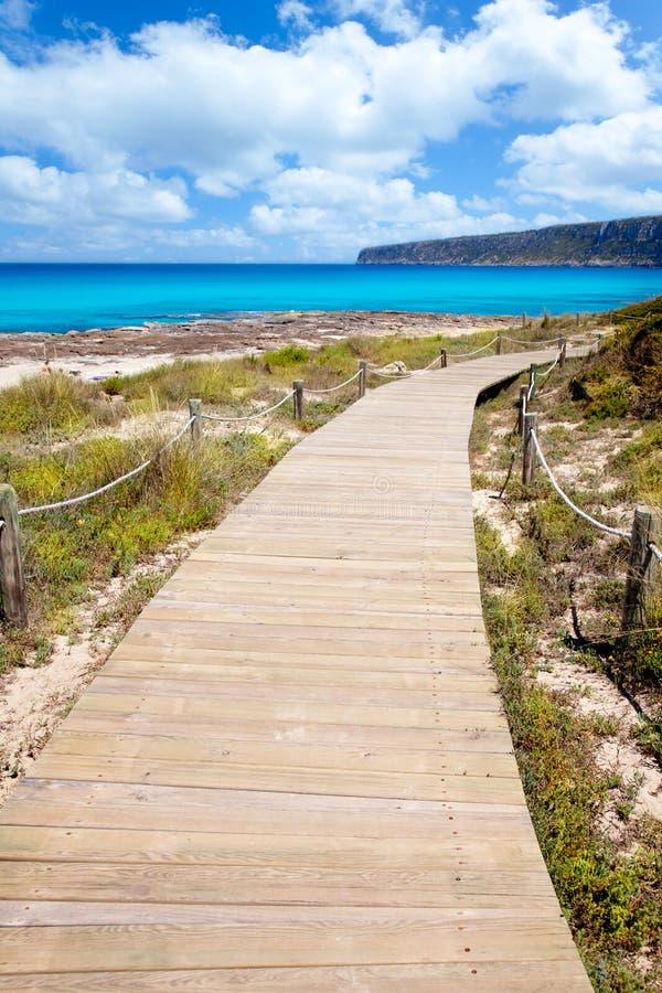Voie en bois de plage d'île baléare de Formentera photo stock