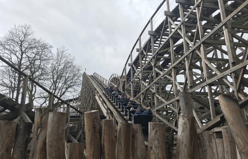 Voie en bois Joris de montagne russe et le dragon en parc d'attractions efteling en Hollande, le plus grand touriste photo stock