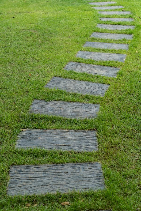 Voie en pierre sur l'herbe verte image libre de droits