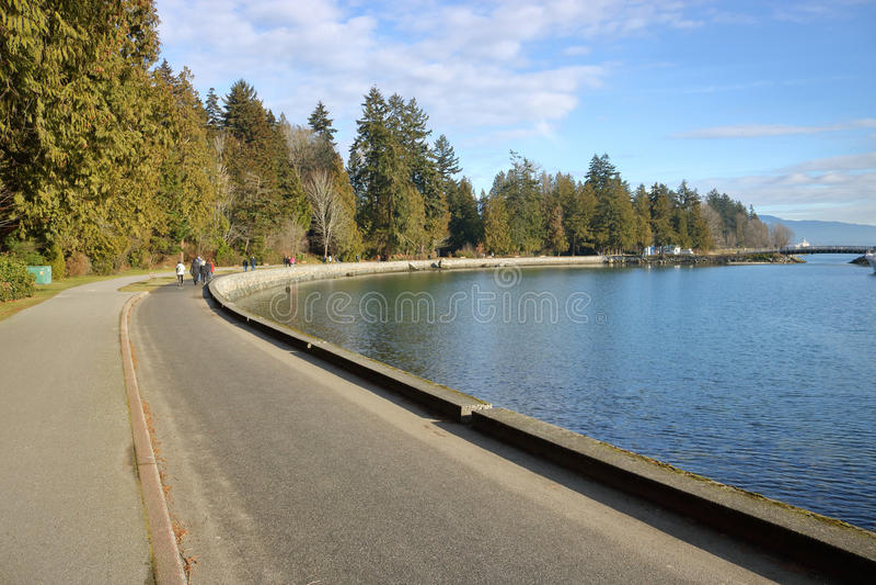 Voie entourant le ` s Stanley Park de Vancouver images libres de droits