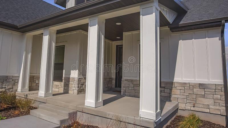 Voie et escaliers de panorama menant au porche avec des piliers à la façade d'une maison image libre de droits